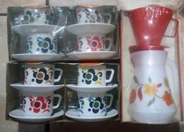 Ensemble De 8 Tasses Et Sous Tasses + Carafe A Café En Arcopal Décor Vintaige - Tasses