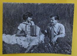 Coppia Innamorati Sul Prato Fisarmonica Cartolina Bromofoto Vera Fotografia - Couples