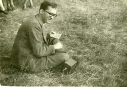 France Photographe Amateur Assis Dans Un Champ Ancienne Photo 1946 - Photographs