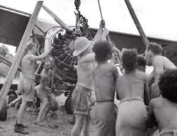 Nouvelle Guinee WWII Troupes RAAF Recuperant Epave D'Avion Ancienne Photo De Presse 1943 - War, Military