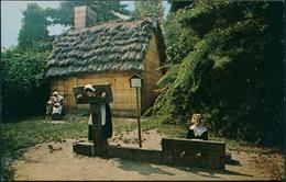 USA 1960 : MASSACHUSETTS THATCHED COTTAGE. Stocks & Pillory Pioneer Village, Forest River Park Salem - Etats-Unis
