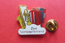Pin's,Musique,Musik,DUO TANNZAPFENLAND,Suisse,Instrument,Accordéon,Saxophone,Trompette,limitée - Musica