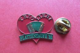 Pin's,Musique,Musik,TRIO LIEBI Plattentaufe 93,Suisse,Instrument,Accordéon,Handharmonika,limitée - Musica