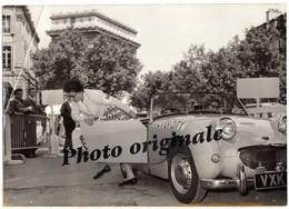 Voitures Automobiles Photo De Presse 1959 PARIS Course Bleriot AUSTIN HEALEY Frogeye Sheila MEKIE Silver City Airways - Automobiles