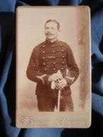 Photo CDV  Peigne à Tours  Militaire  Sergent 18e Artillerie  CA 1895 - L418 - Photographs
