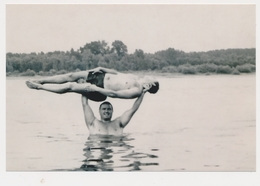 REPRINT - Two Handsome Naked Trunks Guys Men On Beach, Deux Beaux Torso Nu Hommes Sur Plage Gay Int - Photo Reproduction - Reproductions