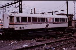 Photo Diapo Diapositive Slide Train Voiture De La Direction V SNCF Ateliers Magasins Des Laumes En 03/1993 VOIR ZOOM - Diapositives