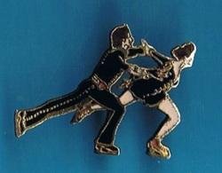 PIN'S //  ** COUPLE DE PATINEURS / EN PLEIN PROGRAMME COURT ** . (Démons & Merveilles) - Skating (Figure)