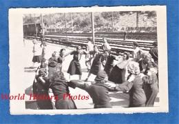 Photo Ancienne Snapshot - Gare à Situer - Groupe De Jeune Fille Dansant La Ronde - Chemin De Fer Wagon Bahn Eisenbahn - Trains