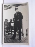 PHOTO A LOCALISER - JEUNE HOMME MARIN - CHANTEUR ? - BATEAU - A LOCALISER ET DATER - Photographs