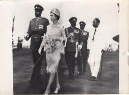 PHOTO ORIGINALE (13x18) La Reine Elizabeth Est Arrivé Au GHANA A L Aeroport D Accra - Places