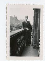 Jeune Homme Young Man 30s Elegance Finesse Etrange Presence Gay Ghost Balcon Mini Photo FLOU Blur Blurry - Anonymous Persons