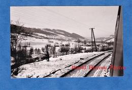 Photo Ancienne Snapshot - Train Pour Nowy Sącz / NEU SANDEZ Cliché Pris à La Fenêtre D'un Wagon Chemin De Fer Rail Bahn - Trains