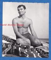 Photo Ancienne Snapshot - Portrait D'un Garçon Torse Nu Sur La Plage - Pose Boy Semi Nude Homme Man - Photographs