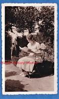 Photo Ancienne Snapshot - SAINT LEU - Jeune Femme Lisant Un Livre - 1933 - Regard De La Mère - Jardin Garden - Photographs