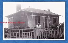 Photo Ancienne Snapshot - Homme Devant Une Maison - 1944 - Architecture Style Art Deco Ligne Graphique Graphic - Places