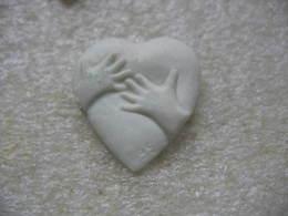 Pin's En Porcelaine, 2 Mains Posées Sur Le Coeur - Badges
