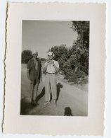 Jeune Homme Man Men Soleil Foulard été Summer Funny Ombre Shadows Chemise Ouverte Espadrille Chaleur Vacances Mini Photo - Anonymous Persons