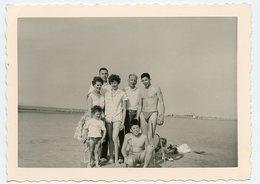 Jeune Homme Man Men Groupe Femme Woman Plage Beach Maillot Swimsuit Kids Famille Vacances Torse Nu 60s - Anonymous Persons