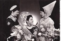 LA  BRETAGNE -  Reine De Cornouaille 1954, Entourée De Ses Demoiselles D'honneur. Costume De SPEZET Et Coiffe D'HUELGOAT - Costumes