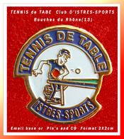 SUPER PIN'S TENNIS De TABLE : Club D'ISTRES SPORTS Dans Les Bouches Du Rhône, Signé PIN'S And CO, Format 2X2cm - Tennis De Table