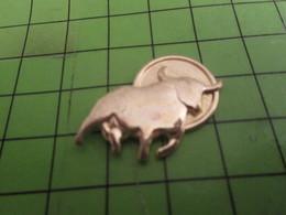 311B Pin's Pins / Beau Et Rare : Thème ANIMAUX / METAL JAUNE TAUREAU VACHE - Animals