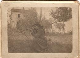 Photographie Ancienne De Diane Chasseresse, Femme Au Fusil Juxtaposé à Chiens Extérieurs, Photo Vers 1890, Chasse - Sports