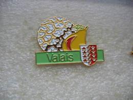 Pin's Des Poires Du Canton Du VALAIS En Suisse. - Cities