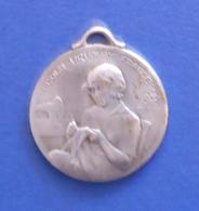 Médaille En Métal Blanc - École Ménagère Pour Orphelins De Guerre - École Uruguay France à Avon - Professionnels / De Société