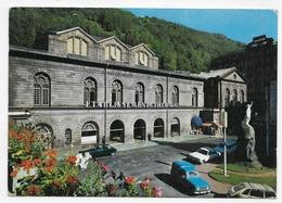 LE MONT DORE EN 1974 - ETABLISSEMENT THERMAL AVEC RENAULT 4 ET CITROEN DS - CPSM GF VOYAGEE - Le Mont Dore