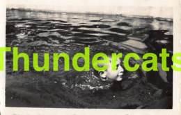 ANCIENNE PHOTO VINTAGE SNAPSHOT FOTO JEUNE GARCON NATATION PHYSIQUE SPORTIF YOUNG  BOY MUSCULAR 7 CM X 4,5 CM - Personnes Anonymes