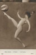 CARTE POSTALE ORIGINALE ANCIENNE DE 09CM/14CM SALON DE PARIS A. PENOT : JEUNE FEMME PIN UP SEXY ET EROTIC  FOOTBALL - Pittura & Quadri