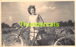 CARTE DE PHOTO REVENANT DE PLANCENOIT ( LASNE ) FEMME TANDEM VELO BICYCLETTE - Personnes Anonymes