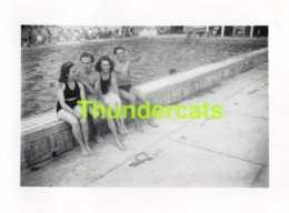 ANCIENNE PHOTO VINTAGE SNAPSHOT 5 CM X 7 CM  NATATION PISCINE TERVUEREN BASSIN BEAU SOLEIL FEMME HOMME NU NUE MAILLOT - Personnes Anonymes