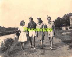 ANCIENNE PHOTO VINTAGE SNAPSHOT 10 CM X 7 CM  LE LONG DU CANAL SCHOTEN SCHOOTEN ANVERS HOMME FEMME - Personnes Anonymes