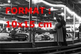 Reproduction Photographie D'un Couple D'amoureux Devant Un Manège Des Auto-tamponneuses à La Foire Du Trône Paris 1957 - Reproductions