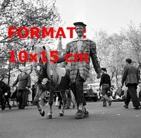 Reproduction D'une Photographie Ancienne D'un Clown Avec Un Poney Au Défilé De La Foire Du Trône à Paris En 1953 - Reproductions