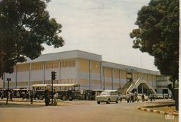 BANGUI  Le Marché Bokassa Avec Bus,automobiles... - Centraal-Afrikaanse Republiek