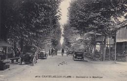 17. CHATELAILLON. CPA . BOULEVARD DE LA RÉPUBLIQUE. ANIMATION VOITURES EN STATIONNEMENT - Châtelaillon-Plage