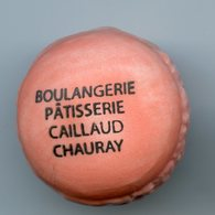 """FEVE  - FEVES -  """"PERSO"""" - MACARONS - MACARON CHAURAY (79) BOULANGERIE PATISSERIE CAILLAUD - DEUX SEVRES - Geluksbrengers"""