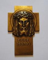 ANCIENNE MEDAILLE RELIGIEUSE ECCE HOMO Par PRUDHOMME (1873-1947). BEL ETAT. 115 Gr. BRONZE. - Professionnels / De Société