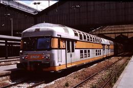 Photo Diapo Diapositive Slide Train Locomotive Rame Banlieue V2N SNCF à Paris Gare St Lazare Le 18/06/1999 VOIR ZOOM - Diapositives (slides)