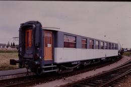 Photo Diapo Diapositive Slide Train Wagon Voiture De Service SNCF OCEM RA Le 07/07/1999 VOIR ZOOM - Diapositives (slides)