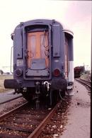 Photo Diapo Diapositive Slide Train Wagon Voiture De Service SNCF OCEM RA En Bout Le 07/07/1999 VOIR ZOOM - Diapositives (slides)