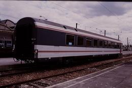 Photo Diapo Diapositive Slide Train Wagon Locomotive Voiture SNCF De Service Le 21/0/1999 VOIR ZOOM - Diapositives (slides)