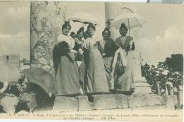 Arles; Festo Vierginenco Au Théâtre Antique. Groupe De Jeunes Filles Arlésiennes - Non Voyagé. (ND) - Arles