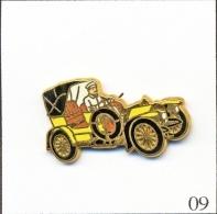 Pin's - Automobile - Mercedes Simplex - Jaune/Chauffeur Blanc. Est. Arthus Bertrand Paris. Zamac. T191-09 - Mercedes