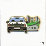 Pin's - Automobile - Mercedes 200 E - Blanche. Est. Arthus Bertrand Paris. Zamac. T191-17 - Mercedes