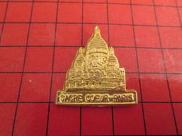 410d Pin's Pins / Beau Et Rare / THEME VILLES / METAL JAUNE SACRE COEUR PARIS Temple De La Réaction Et De La Superstitio - Cities