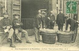 NOS DOUANIERS A LA FRONTIERE - AU POSTE - VISITE DE PANIERS D' OEUFS (ref 4260) - Customs
